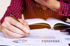 De pen en de spanning van de mensenholding in probleem met uitgaven Stock Afbeeldingen