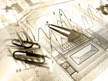 De pen en papier-clipses-behangt tegen de grafiek (sepia) royalty-vrije stock foto