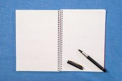 de pen ligt op lege pagina's stock afbeelding