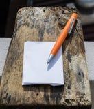 De pen op houten vloeren is op financiën van toepassing Stock Afbeelding