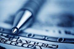 De pen van de close-up op het geld Royalty-vrije Stock Foto's