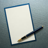 De pen van de inkt op decoratief document Royalty-vrije Stock Afbeeldingen