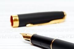De pen van de inkt op het document Stock Foto