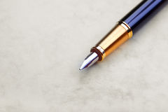 De pen van de inkt op oud oud document Royalty-vrije Stock Foto's