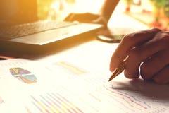 De pen van de mensenholding en het denken berekenen kosten en uitgaven en usi Stock Foto's