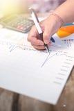 De pen van de zakenmanholding en denkt met kosten met calculator Royalty-vrije Stock Afbeelding
