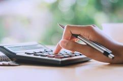 de pen van de handholding en dringende calculatorknoop voor commerciële acc Royalty-vrije Stock Foto