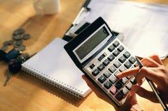 de pen van de handholding en dringende calculatorknoop voor zaken Royalty-vrije Stock Afbeelding