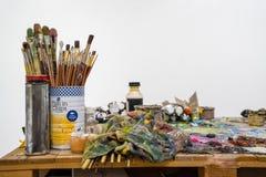 De penselen is in een kruik of een pot op de houten pallets Royalty-vrije Stock Fotografie