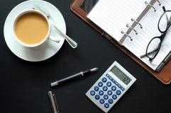 De pentelefoon en document van de koffie stock foto's