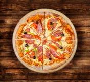 De Peper en de Worst van pizzapepperonis op de houten lijst Royalty-vrije Stock Fotografie