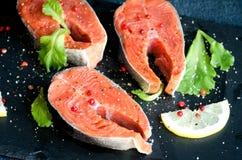 De peper zoute zwarte vierkante plaat van zalmlapjes vlees Royalty-vrije Stock Foto's