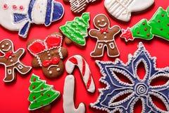 De peperkoek van Kerstmis op de rode achtergrond Royalty-vrije Stock Foto's