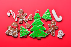 De peperkoek van Kerstmis op de rode achtergrond Royalty-vrije Stock Fotografie