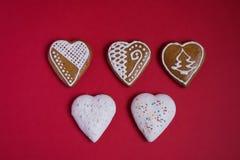 De peperkoek in vorm van harten met wit suikerglazuur en bestrooit royalty-vrije stock afbeeldingen