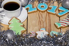 De peperkoeken zijn verfraaid voor het nieuwe jaar van 2017 en de kop van koffie (kan als kaart worden gebruikt) Stock Fotografie