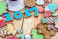 De peperkoeken zijn verfraaid want het nieuwe jaar van 2017 als kaart kan worden gebruikt Royalty-vrije Stock Afbeeldingen