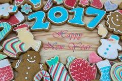 De peperkoeken zijn verfraaid want het nieuwe jaar van 2017 als kaart kan worden gebruikt Royalty-vrije Stock Fotografie