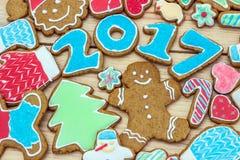 De peperkoeken zijn verfraaid want het nieuwe jaar van 2017 als kaart kan worden gebruikt Stock Afbeeldingen