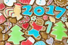 De peperkoeken zijn verfraaid want het nieuwe jaar van 2017 als kaart kan worden gebruikt Stock Foto's