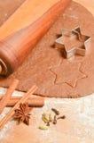 De Peperkoekkoekjes van bakselkerstmis De scène schildert gerold deeg af Stock Fotografie