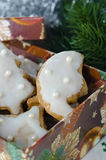 De peperkoekkoekjes van Kerstmis met suikerglazuur Stock Foto's