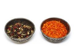 De peperkorrels zijn rode, zwarte, witte kruiden, vlotter in een zilveren kom Mening van hierboven Geïsoleerdj op witte achtergro stock foto