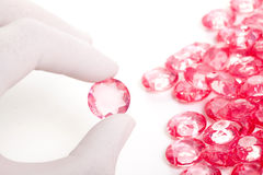 De perfecte hand houdt de roze kristaldiamant Royalty-vrije Stock Foto