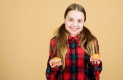 De perfecte klasse van het cupcakebaksel Aanbiddelijk meisje dat met verse cupcakes glimlacht Het gelukkige kind geniet van bakke stock fotografie