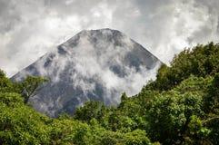 De perfecte piek van de actieve en jonge Izalco-vulkaan in El Salvador stock fotografie