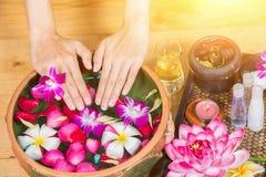 De perfecte schone Aziatische vrouwelijke voeten, de Mooie en elegante verzorgde meisjes` s hand raken haar voeten, Kuuroord, sch royalty-vrije stock foto
