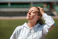 De perfecte van het de kamergenootblonde van de glimlach actieve sportvrouw jonge energieke zekere zaken Royalty-vrije Stock Foto