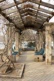 De pergola van de tuingang in een park stock afbeelding