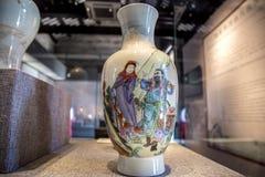 De periode van de Republiek van de ceramische kunst van China, poeder die `-Afscheid schilderen aan Mijn Concubine-kaart` fles Royalty-vrije Stock Afbeeldingen