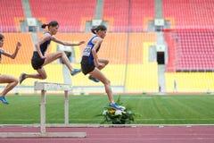 De periodieke geschotene atleet maakt een goede sprong Stock Fotografie