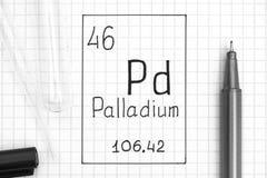 De periodieke Lijst van Elementen Palladium Pd van het handschrift het chemische element met zwarte pen, reageerbuis en pipet stock foto's