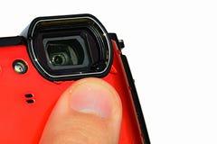 De periscopische lens van 4K geschikt moderne waterdichte digitale compacte camera, water laat vallen zichtbare, witte achtergron Stock Afbeelding