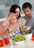 De perparing lunch van de familie in de keuken Stock Fotografie