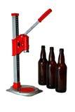 De Pers en de Flessen van Kroonkurk voor Huis brouwen Bier stock fotografie