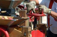 De Pers van de cider in Actie Stock Fotografie