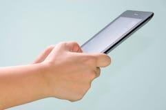 De persen van de hand op het scherm digitale tablet Royalty-vrije Stock Foto's