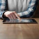 De persen van de vrouwenhand op digitale het scherm Royalty-vrije Stock Afbeeldingen