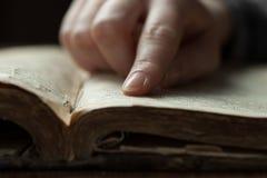 De persen van de vrouwenvinger op oud Stock Fotografie