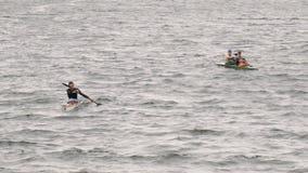 De personnes canoë-kayak lentement dans le lac à partir de l'appareil-photo, sports aquatiques banque de vidéos