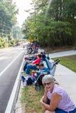 De personnes du quatrième défilé de attente juillet Photos stock