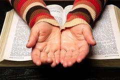 De persoon die allebei tonen overhandigt Bijbel stock afbeeldingen