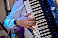De persoon die de harmonika speelt royalty-vrije stock fotografie