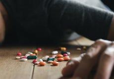 De persoon die drugsoverdosis gebruiken en zal gaat naar dood zijn dit concept voor gezondheidszorg of medisch is stock afbeelding