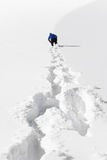 De persoon die op sneeuw gaat Stock Afbeelding