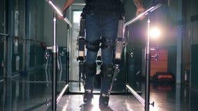De persoon die in prothese tijdens een therapie lopen, sluit omhoog stock videobeelden